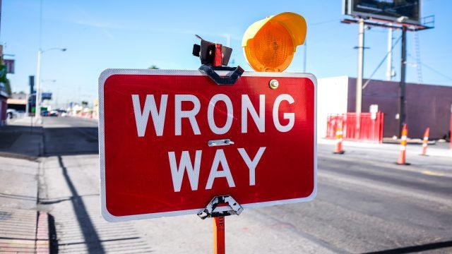 間違った道を伝える赤い看板
