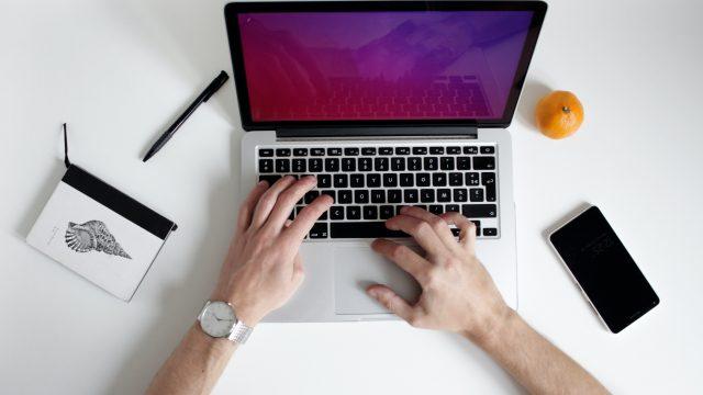 ノートパソコンを操作する人