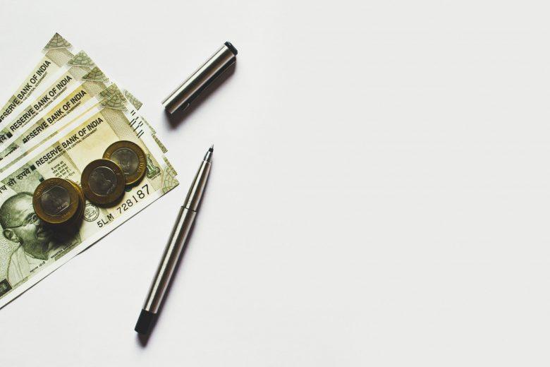 インドルピー紙幣と灰色のペン