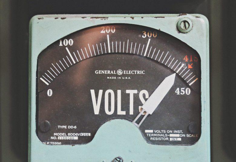 灰色の電圧計
