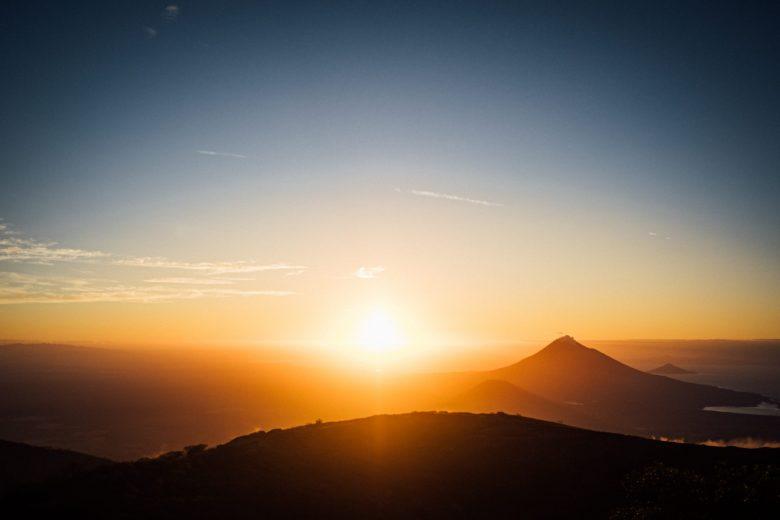 山間から見える夕日