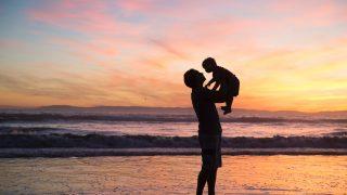子供を抱える男性のシルエット