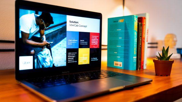 テーブルの上にあるパソコンと書籍