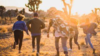 夕日に向かって走るコミュニティメンバー