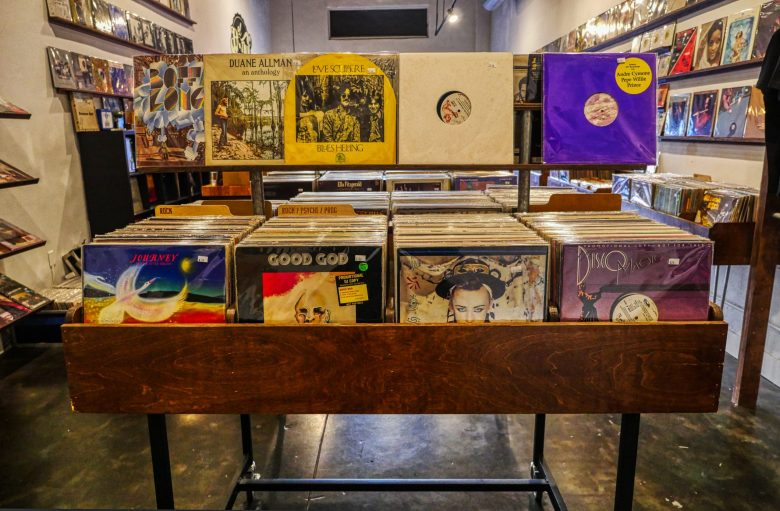 廃盤レコードが並んでいるお店