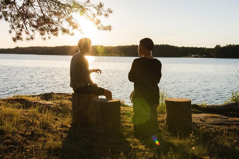 起業について湖畔で話し合う二人