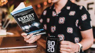 本を読みながらコーヒーを飲む起業家男性