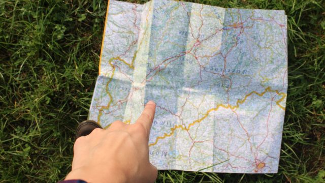 地図を見つけて指をさす人