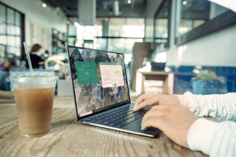 カフェでPCを操作する男性