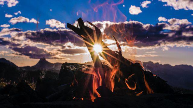 焚き火の隙間から見える朝日