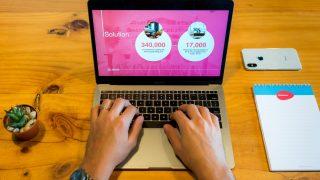 macbookproを操作する起業家男性